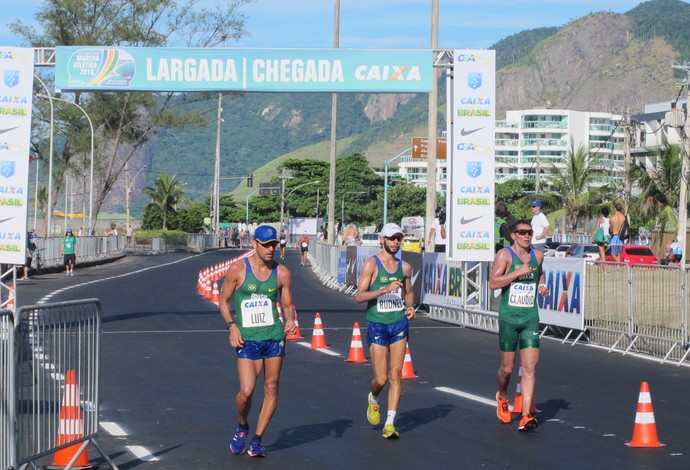 Brasileiros e estrangeiros experimentaram pela primeira vez o percurso olímpico da marcha atlética (Foto: Carol Fontes)