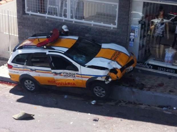Viatura da Polícia Rodoviária ficou destruída no acidente em Varginha (Foto: Maick D´Ângelo)