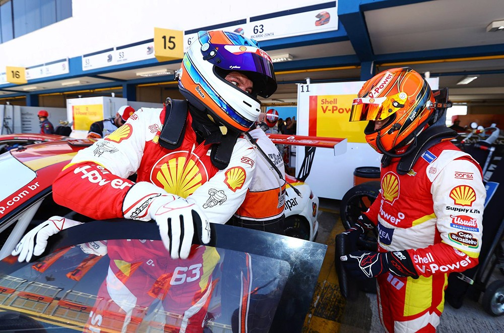 Durante o segundo pit, o carro #63 teve o alerta de temperatura aceso no painel... (Foto: Divulgação/Luca Bassani/Porsche Império GT3)