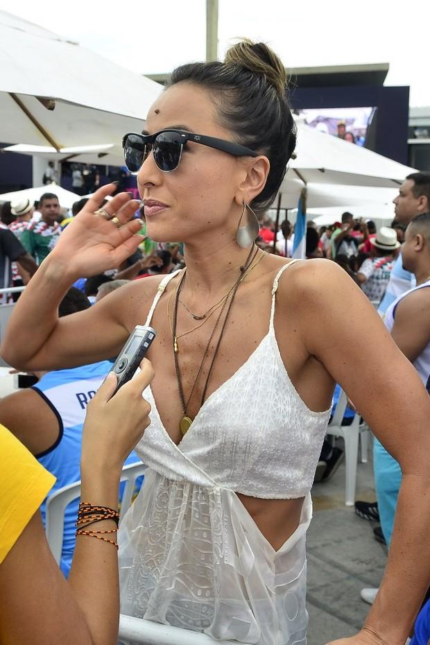 EGO - Look do dia  Sabrina Sato usa shortinho e blusa branca em ... d0fc31442a