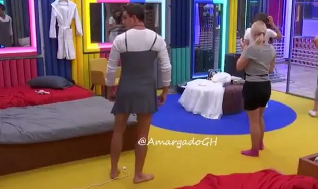 Manoel coloca vestido no confinamento do Gran Hermano VIP (Foto: Reprodução/Twitter)