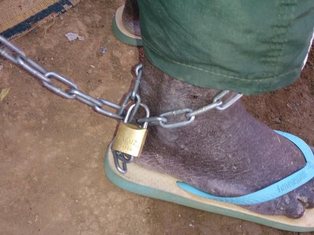 Idoso é acorrentado pela filha de 28 anos