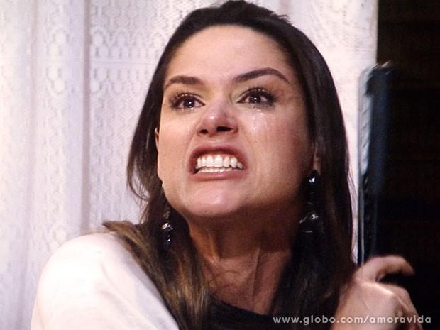 Leila descobre que Thales escreveu sobre Nicole esse tempo todo (Foto: Amor à Vida/TV Globo)