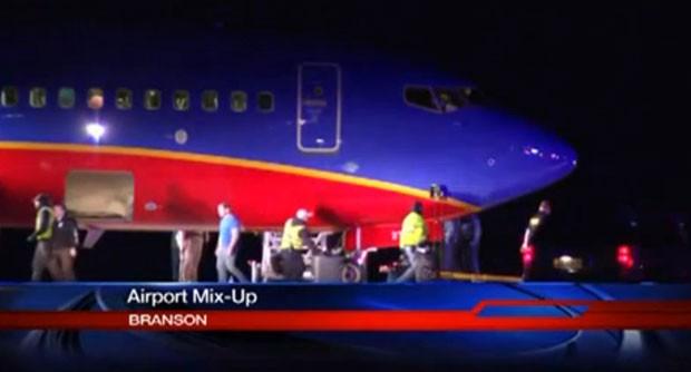 Imagem da emissora KSPR-TV mostra o avião da Southwest Airlines que pousou no aeroporto errado na noite deste domingo (12) (Foto: KSPR-TV/AP)