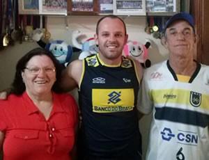 Daniel Rossi ao lado dos pais, Seu Pedro e Dona Maria (Foto: Daniel Rossi/Arquivo Pessoal)
