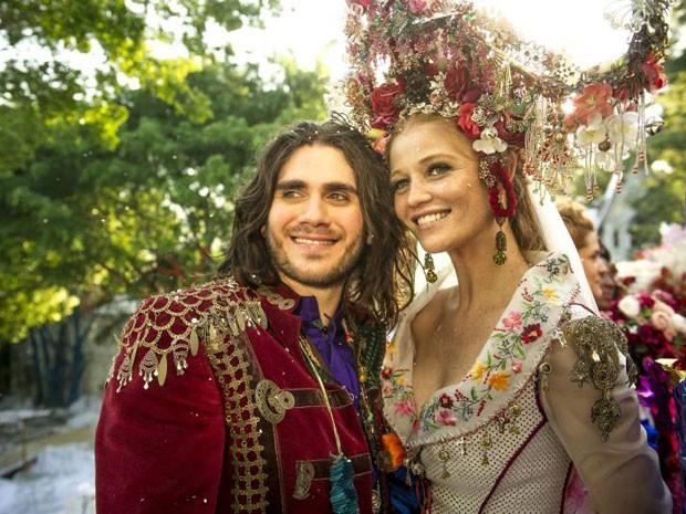 Vestido de Milita traz referências à cultura cigana trazida pelo noivo (Foto: Renato Rocha Miranda/TV Globo)
