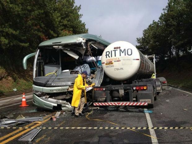 Acidente entre um ônibus e um caminhão deixou três mortos na BR-116, em Campina Grande do Sul (Foto: Adriano Cordeiro/RPC TV)