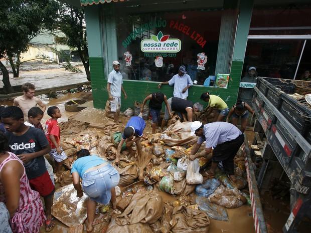 População atingida oela chuva recolhe alimentos descartados por supermercado em Itaguaçu, Noroeste do Espírito Santo.. (Foto: Vitor Jubini/ A Gazeta)