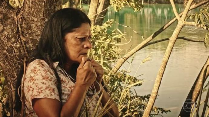 Ceci ajuda Miguel no contato com índios (Foto: TV Globo)