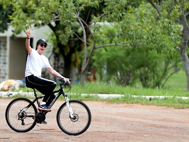 O ex-beatle Paul McCartney acena para fãs durante passeio de bicicleta no Parque da Cidade de Brasília (Foto: Carlos Silva/CB/D.A. Press)