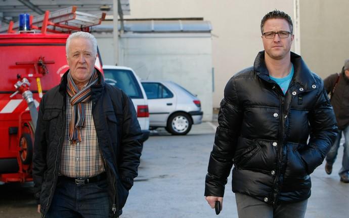 Apenas o pai de Michael Schumacher, Rolf, e o irmão do ex-piloto, Ralf, estiveram no hospital nesse domingo (Foto: AP)