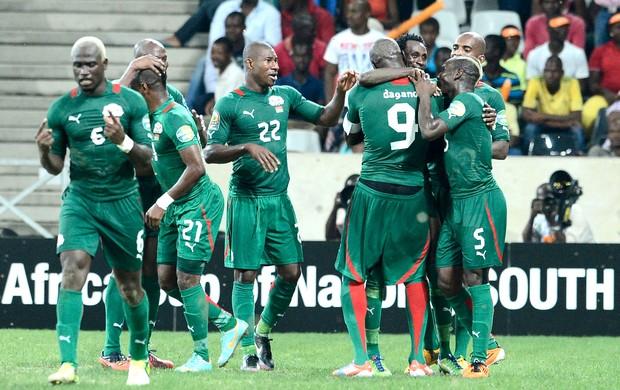 Jonathan Pitroipa comemora gol do Burkina Faso contra Togo Copa das Nações (Foto: AFP)