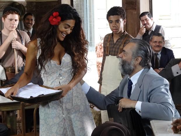Ezequiel passa a mão boba em Gabriela e Nacib vê... (Foto: Gabriela / TV Globo)