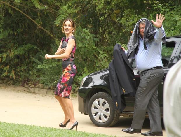 Ana Furtado e Boninho chegam para o casamento de Pedro Bial (Foto: Thyago Andrade / Foto Rio News)