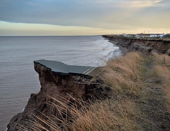 Estrada destruída pela erosão no Reino Unido (Foto:  Kadir van lohuizen / NOOR)