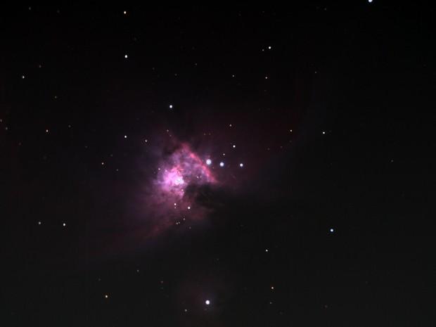 Foto em cores reais, sem filtros ou manipulação, da nebulosa de Órion, feita com uma lente acoplada ao telescópio Obelix (Foto: Divulgação)