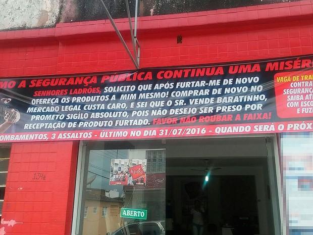 Comerciante colocou faixa com aviso para ladrões na frente do estabelecimento, em Santo Antônio de Jesus, na Bahia (Foto: Fábio Gulhoes/ Arquivo Pessoal)