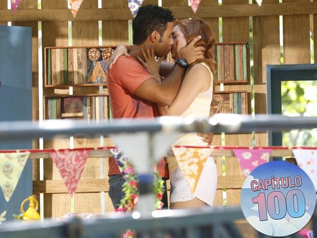 Gaby e Emerson se declaram um ao outro e se beijam (Foto: Ellen Soares/Gshow)