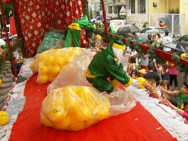 Voluntários criam Papai Noel 'mascarado' e que usa verde e amarelo em Itapira, SP (Foto: Reprodução / EPTV)