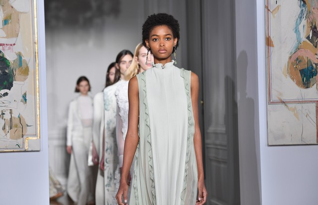 PARIS, FRANCE - JANUARY 25:  Models walk the runway during the Valentino  Spring Summer 2017 show as part of Paris Fashion Week on January 25, 2017 in Paris, France.  (Photo by Pascal Le Segretain/Getty Images) (Foto: Getty Images)