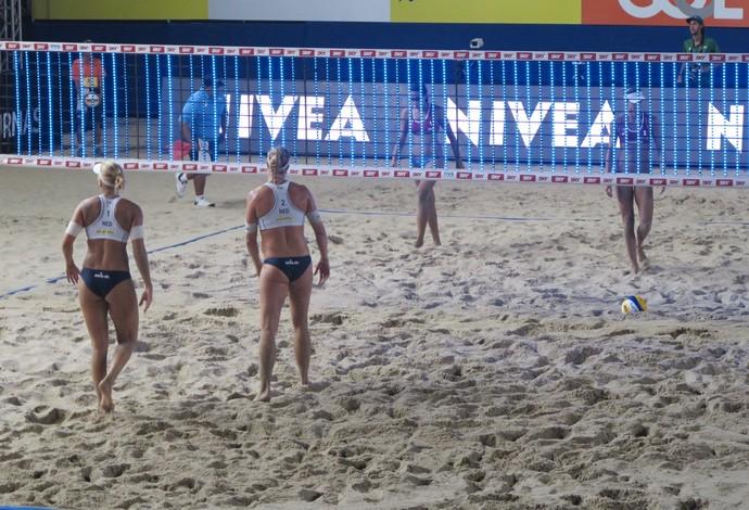 Luz de LED da nova rede acesa no jogo de Duda e Elize Maia contra time da Holanda (Foto: Gabriel Fricke)
