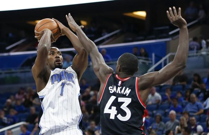 Ibaka no jogo entre Magic e Raptors (Foto: Reuters)