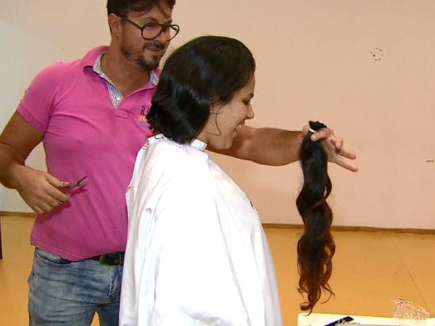 Mechas doadas na campanha serão usadas na confecção de perucas (Foto: Reginaldo dos Santos/EPTV)