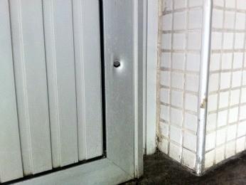 Marca de tiro na entrada do departamento de morfologia (Foto: Gabriela Alves/G1)