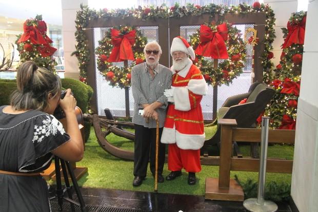 Manoel Carlos tira foto com papai noel em shopping (Foto: Daniel Delmiro/AgNews)