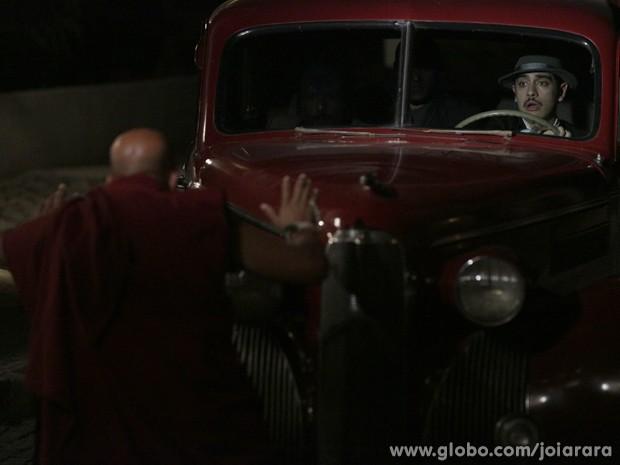 Monges tentam impedir assalto e Tenpa acaba atropelado por Décio (Foto: Fábio Rocha/TV Globo)