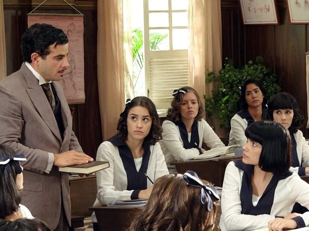Josué flagra Malvina lendo às escondidas (Foto: Gabriela / TV Globo)