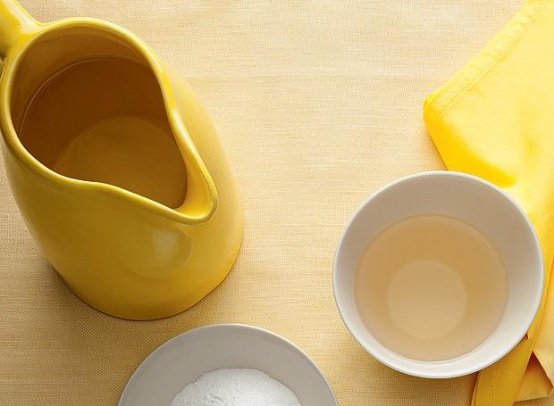 O vinagre pode substituir produtos químicos na limpeza da casa e até na hora de lavar roupas (Foto: Carlos Cubi/Editora Globo)