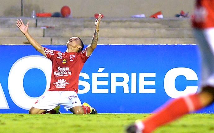 Mosies comemora gol do Vila nova contra o Londrina (Foto: Carlos Costa / Estadão Contéudo)