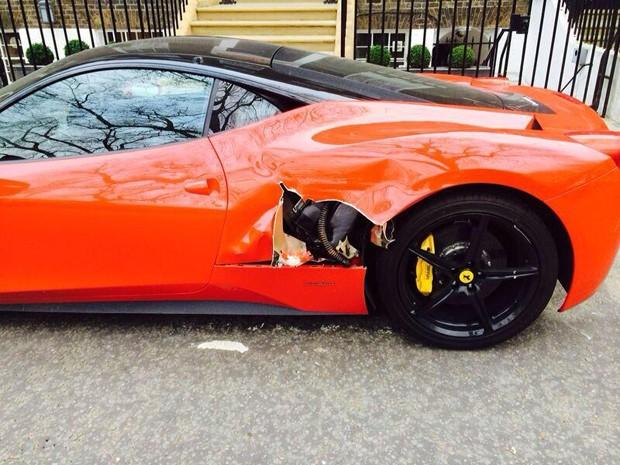 Veículo avaliado em R$ 1,7 milhão foi atingido durante manobra de carreta de entregas na Inglaterra (Foto: Reprodução/Twitter/G.L. White)
