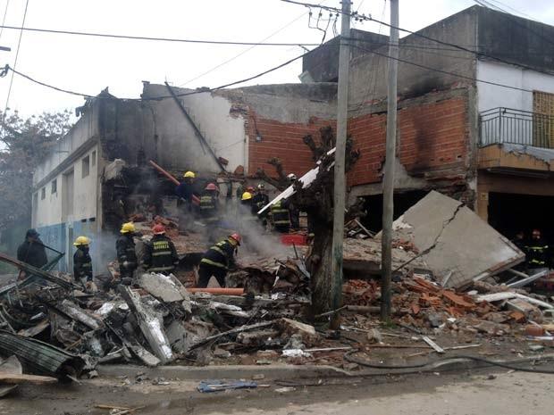 Bombeiros trabalham em escombros de supermercado que explodiu nesta terça-feira (26) na Argentina (Foto: AFP PHOTO / NA - MARIO SAYES)