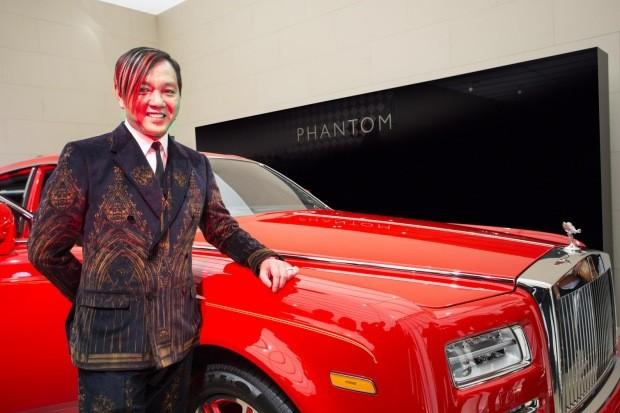 Stephen Hung ao lado de um dos Rolls-Royces encomendados (Foto: Reprodução)