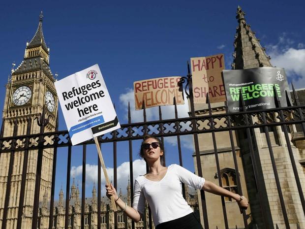Manifestante em Londres, em frente ao Parlamento, se mostra a favor da acolhida de refugiados (Foto: REUTERS/Stefan Wermuth)
