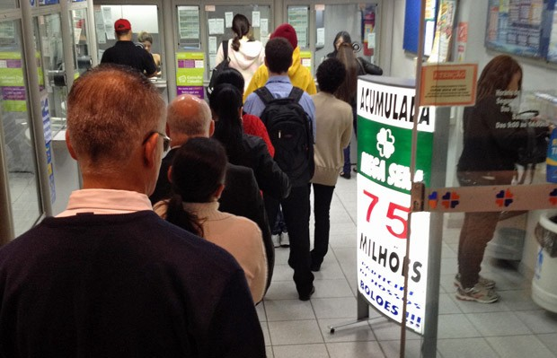 """Na lotérica """"Jogga"""", na Av. Paulista, apostadores fazem fila logo cedo nesta quarta-feira (Foto: Guilherme Tosetto/G1)"""