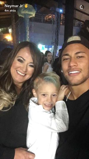 Neymar com filho no aniversário Davi Lucca (Foto: Reprodução / Snapchat)