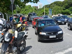 Motoristas curiosos diminuíram a velocidade (Foto: Walter Paparazzo/G1)