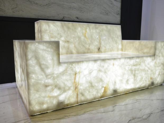 Produzido por empresa italiana, o quartzo virou um sofá original, que recebe iluminação e brilha (Foto: Guilherme Ferrari/ A Gazeta)