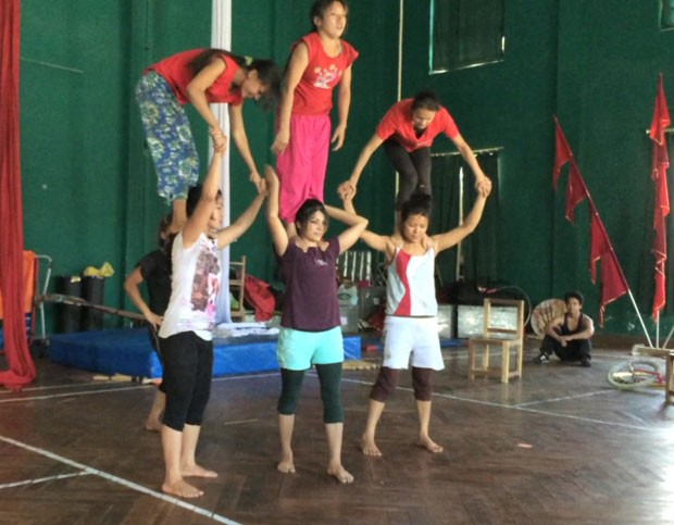 Na Índia, os jovens eram obrigados a praticar durante longas horas (Foto: BBC)