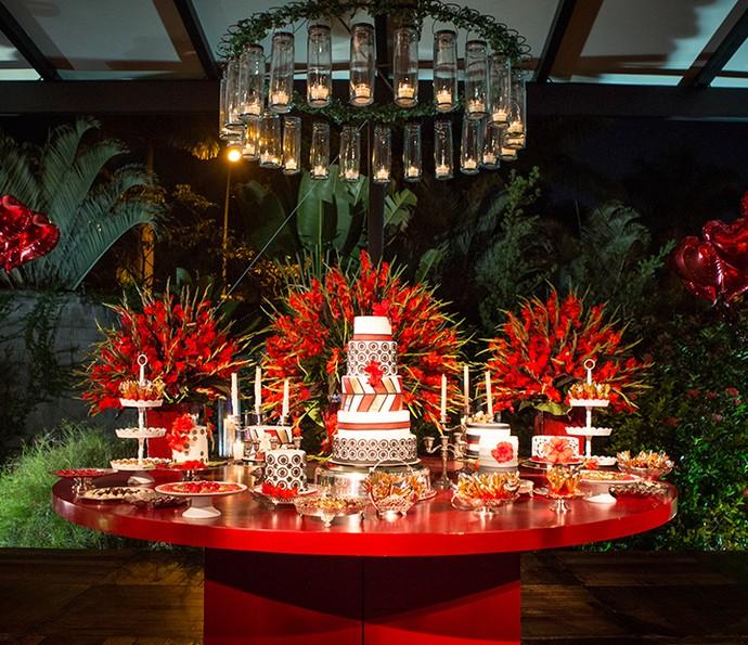 Mesa central com bolo e doces (Foto: Fabiano Battaglin/Gshow)