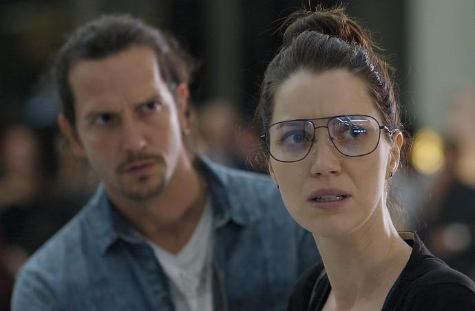 Gui e Júlia observam movimentação no aeroporto (Foto: TV Globo)