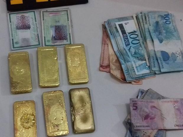 Barras de ouro avaliadas em mais de R$ 800 mil foram flagradas amarradas à cintura de suspeito em Ipixuna do Pará, no nordeste paraense, nesta terça-feira (23). (Foto: Divulgação/Polícia Rodoviária Federal do Pará)