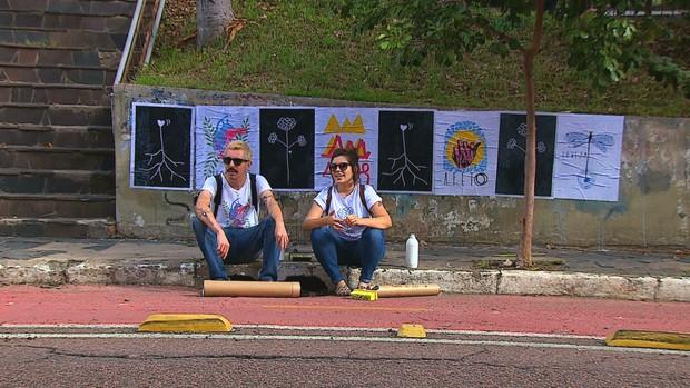 Dupla cria intervenções urbanas com mensagens e ilustrações (Foto: Reprodução/RBS TV)