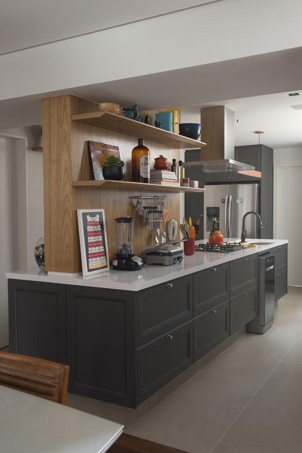 Madeira em diversas versões dá o tom em apartamento de 140 m²  (Foto: Divulgação)
