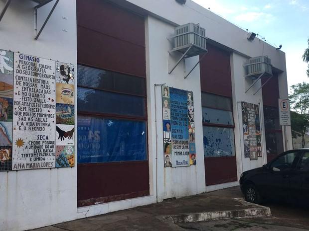 Janelas laterais eda Biblioteca Demonstrativa de Brasília, na W3 sul, continuam tapadas com lona (Foto: Luiza Garonce/G1)