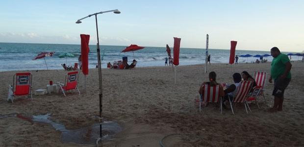 Água usada por banhistas retorna para poço ao infiltra-se na areia (Foto: Luna Markman/ G1)