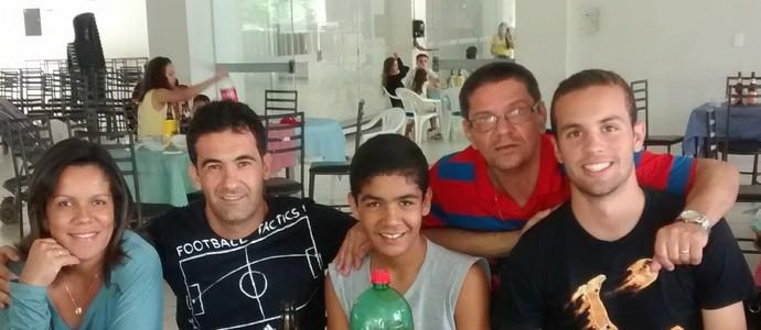 Hugo entre parentes em recente visita à Montes Claros (Foto: Arquivo pessoal)